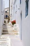 与被绘的步行的街道场面经典希腊海岛建筑学 库存图片
