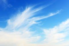 与被绘的白色云彩的自然蓝天背景 免版税库存照片