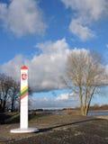 与被绘的胳膊的立陶宛边界标记 免版税图库摄影