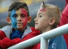 与被绘的面孔的两罗马尼亚儿童足球迷 免版税库存图片
