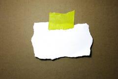 与裁减路线的白色便条纸 库存照片