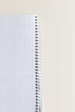 与裁减路线的空白的笔记薄在象牙桌上 库存图片