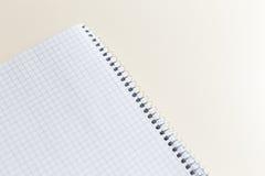 与裁减路线的空白的笔记薄在象牙桌上 免版税库存图片