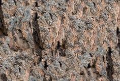 与裂缝和不均的显著的样式的石纹理 免版税库存图片