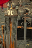 与装甲和中世纪武器的老明信片在显示 库存照片