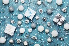 与装饰、礼物盒、五彩纸屑和衣服饰物之小金属片的圣诞晚会背景在葡萄酒蓝色台式视图 平的位置 库存照片