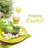 与装饰、鸡蛋和花的欢乐复活节桌设置 免版税库存图片