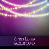 与装饰串光的黑暗的背景 明亮的光亮的电灯泡诗歌选 免版税库存照片