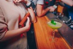 与装饰作者被启发的鸡尾酒饮料的女孩著名玻璃腿水多的工艺鸡尾酒在酒吧柜台 特写镜头视图酒精 库存图片