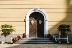 与装饰元素的被成拱形的门 免版税库存照片