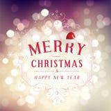 与装饰元素的圣诞快乐和新年快乐贺卡欢乐题字在bokeh葡萄酒背景,传染媒介 免版税库存照片