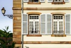 与装饰元素的大pvc窗口在老法国房子里 图库摄影