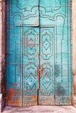 与装饰元素的蓝色门 库存图片