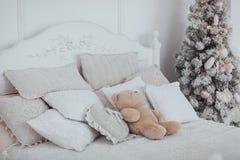 与装饰和圣诞树的舒适圣诞节内部 免版税图库摄影