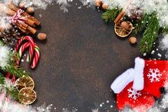 与装饰和手套的圣诞树 免版税库存照片