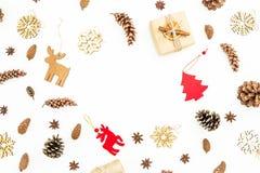 与装饰和杉木锥体的圣诞礼物在白色背景 平的位置,顶视图 新年冬天概念 免版税库存照片
