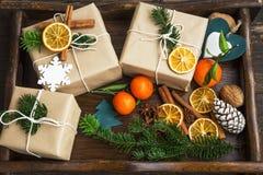 与装饰和杉树麸皮的圣诞节减速火箭的被包裹的礼物 免版税库存照片