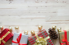 与装饰和礼物盒的圣诞节背景在木t 库存照片