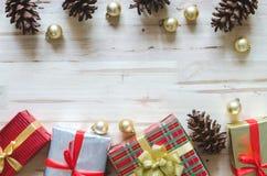 与装饰和礼物盒的圣诞节背景在木t 库存图片
