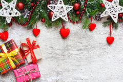与装饰和礼物盒的圣诞节背景 库存照片