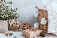 与装饰和礼物盒o的美好的圣诞节背景 免版税库存图片