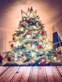 与装饰和蜡烛的圣诞树 免版税图库摄影