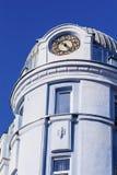 与装饰品和时钟的古色古香的蓝色大厦 免版税库存照片