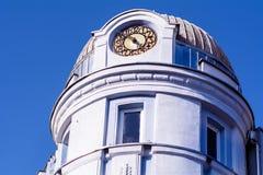 与装饰品和时钟的古色古香的蓝色大厦 库存照片