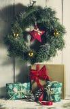 与装饰品和礼物的圣诞节花圈 库存照片