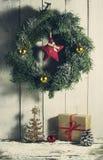 与装饰品和礼物的圣诞节花圈 免版税库存图片