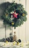 与装饰品和礼物的圣诞节花圈 图库摄影
