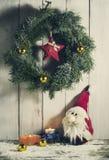 与装饰品和礼物的圣诞节花圈 库存图片