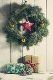 与装饰品和礼物的圣诞节花圈 免版税库存照片
