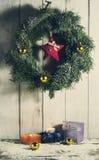 与装饰品和礼物的圣诞节花圈 免版税图库摄影
