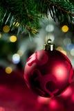 与装饰品在圣诞树,关闭的红色圣诞节球 库存照片
