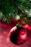 与装饰品在圣诞树,关闭的红色圣诞节球 库存图片