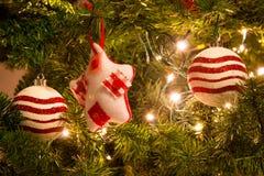与装饰品球的红色和白色圣诞节树 库存照片