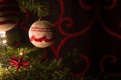 与装饰品球的红色和白色圣诞节树 图库摄影