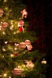 与装饰品球的红色和白色圣诞节树 库存图片