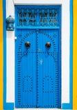 与装饰品的传统蓝色门从西迪布赛义德 免版税库存照片