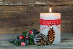 与装饰品的出现蜡烛和杉树分支 免版税库存照片