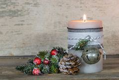 与装饰品的出现蜡烛和杉树分支 免版税库存图片