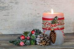 与装饰品的出现蜡烛和杉树分支 库存照片