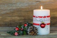 与装饰品的出现蜡烛和杉树分支 库存图片
