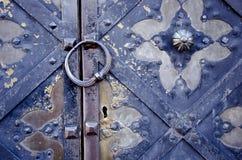 与装饰品的古色古香的金属门片段 库存图片