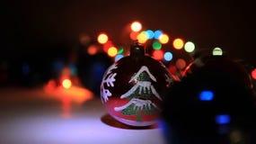 与装饰品的圣诞节球在圣诞节斯诺伊风景 影视素材