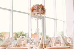 与装饰品的婚礼桌 免版税库存照片