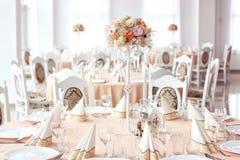 与装饰品的婚礼桌 免版税库存图片