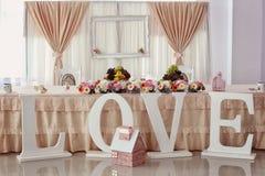 与装饰品的婚礼桌 图库摄影