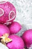 与装饰品的桃红色圣诞节球 免版税库存照片